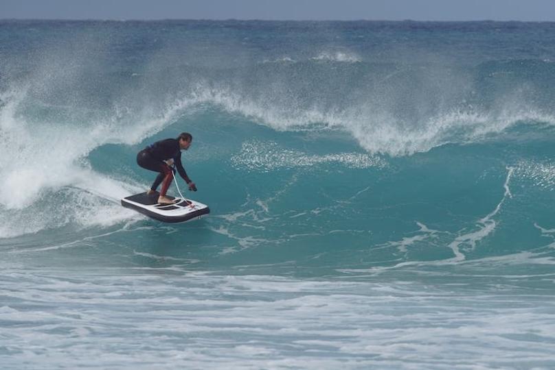 サーフボードとジェットスキーのいいとこ取りな「Lampuga Air」