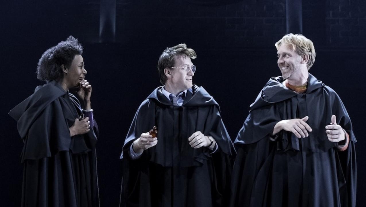 「ハリー・ポッターと呪いの子」の舞台写真。大人 …