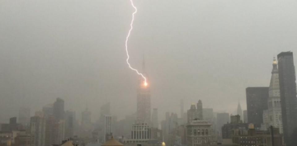 映画じゃないよ!ニューヨークのエンパイアステートビル落雷の瞬間。そして虹が出る