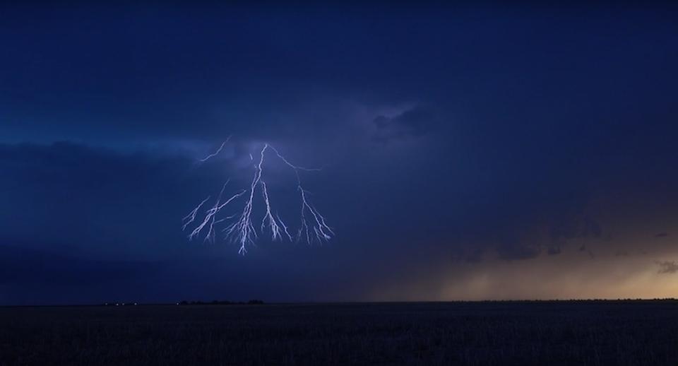 まるでショーのような激しく美しい雷の連打