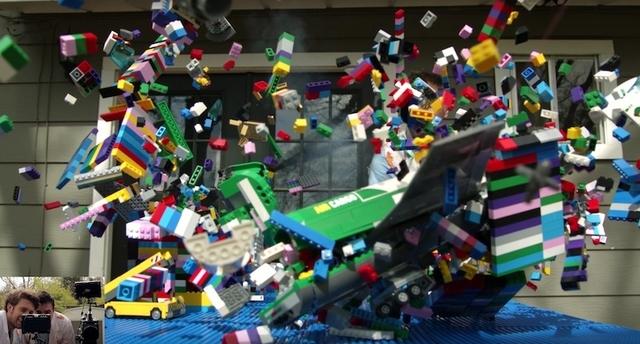 レゴの街をガッシャーン! スーパースローで気の向くままに大破壊