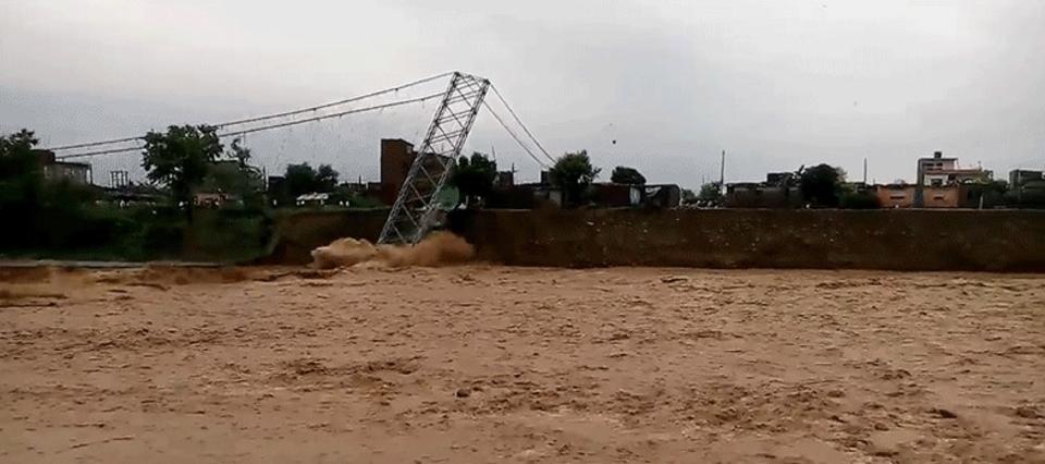自然の猛威。大雨でネパール最長の橋が流されていく様子