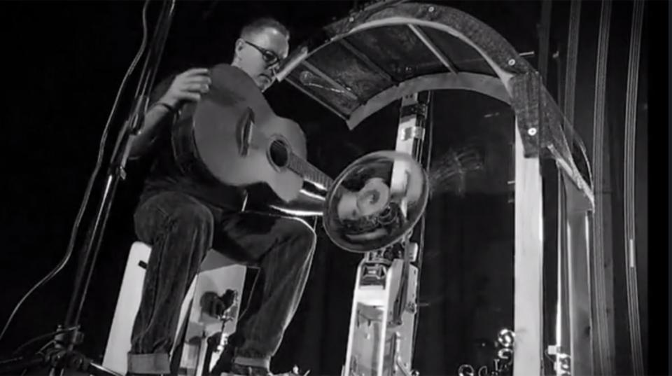 回転車輪が実現する、超パーカッシブなギタープレイ