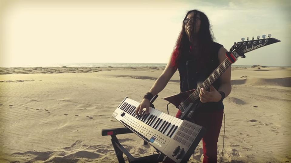 一人二役でギターとキーボードを弾いてガンズ・アンド・ローゼスの名曲を演奏