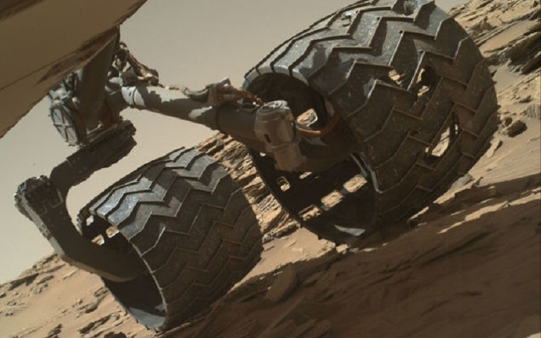 キュリオシティのタイヤに石が挟まるトラブル
