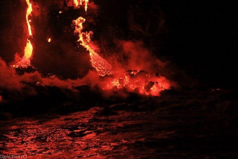 崖から海に流れ落ちるハワイの溶岩がファンタジーなことよ12