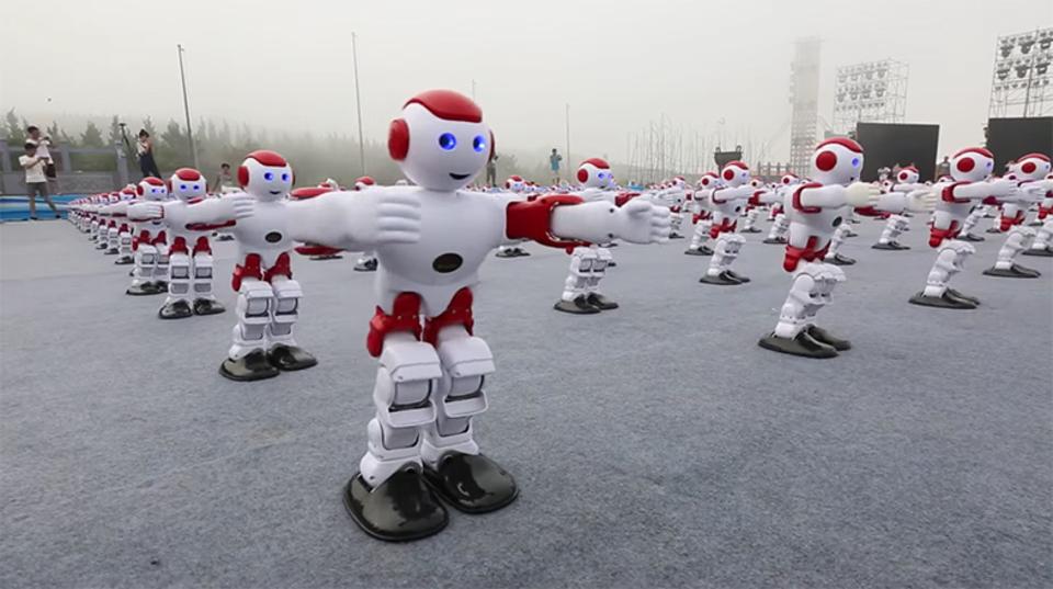 ギネス記録! 1,007体のロボットがそろってダンス