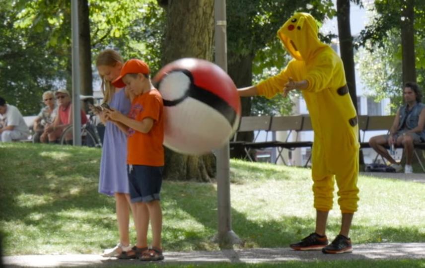 「歩きポケモン」をしている人々にモンスターボールをぶつけるピカチュウの逆襲