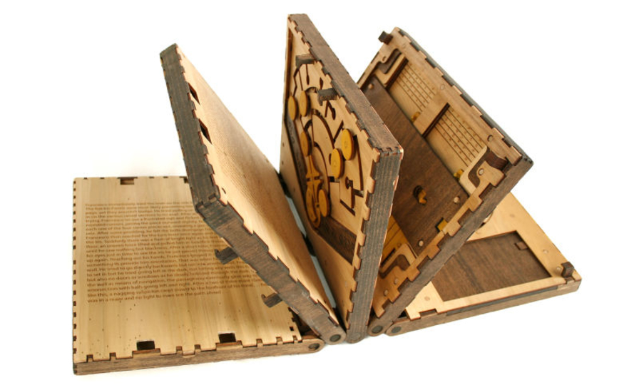 パズルを解かないと次のページに進めない!この木製ブックがたのしそう