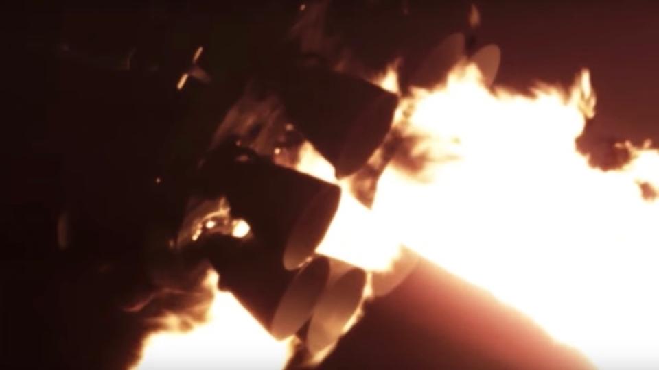闇に現れた生き物か。SpaceXのロケット打ち上げ映像が、大迫力すぎる