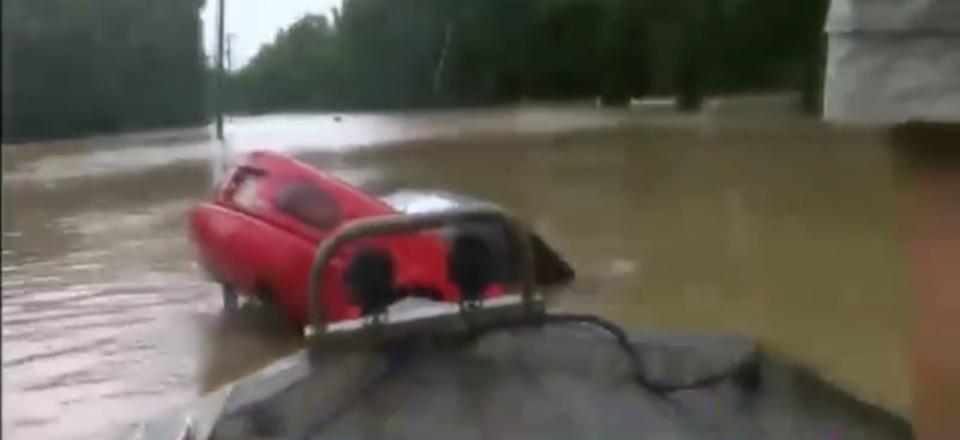 あと少し遅かったら…テレビ局の記者、洪水に沈んでいく車から女性と犬をギリギリで救出
