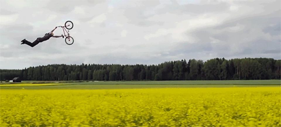 花畑の中を華麗に舞うBMXライダー。巧みなトリックと映像がなんとも不思議な気分にさせる