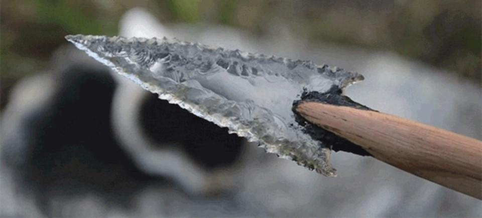 ゴミから生まれる美しい芸術。ガラス瓶を矢じりに加工する職人芸