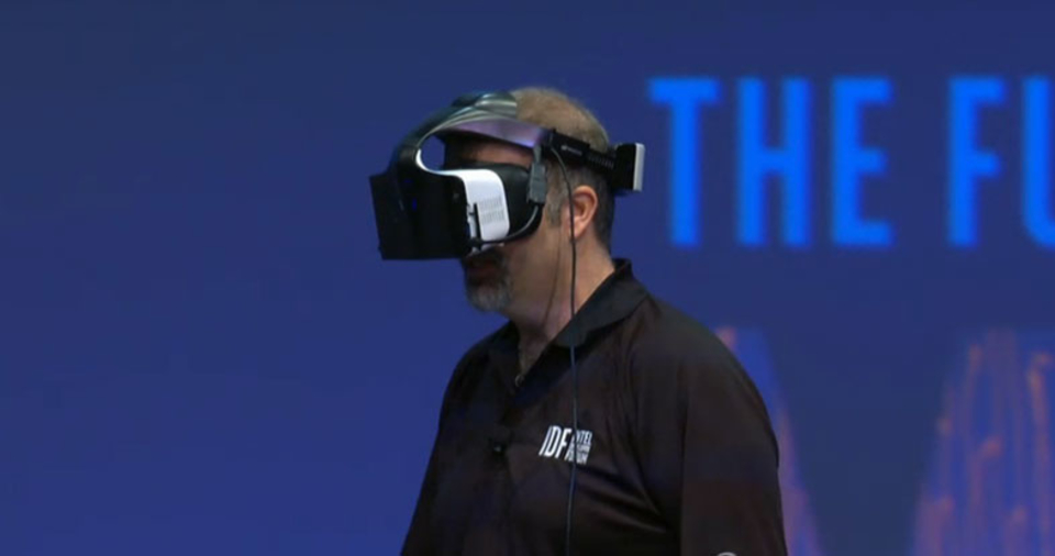 「手ぶら」ならではの没入感。IntelのVRヘッドセット「Project Alloy」