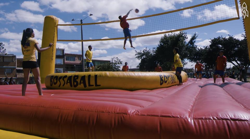 サッカー、バレーボール、体操が混ざった新スポーツ「ボサボール」が楽しそう