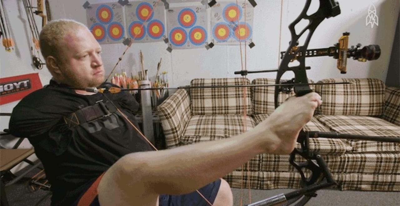 パラリンピックのアーチェリー選手が腕を使わずに矢を射る極意
