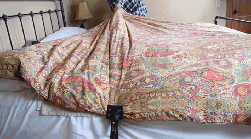 布団の引っ張り合いに終止符。ベッドと布団をでっかいクリップで固定するだけ