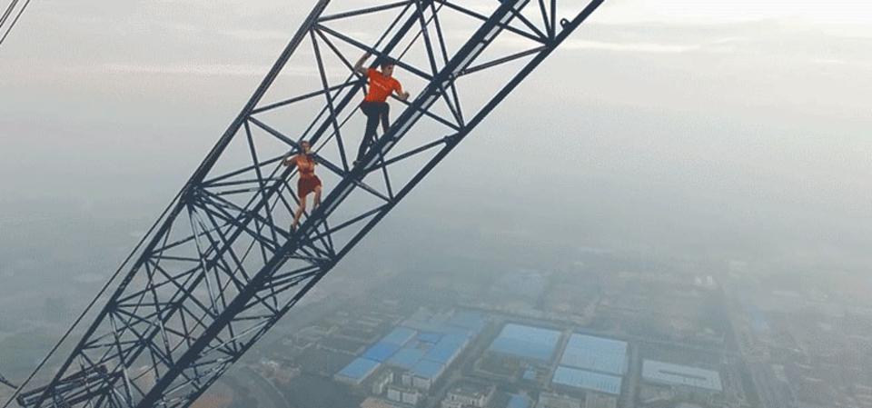 愛し合う2人、世界で最も高い工事現場のクレーンを登る
