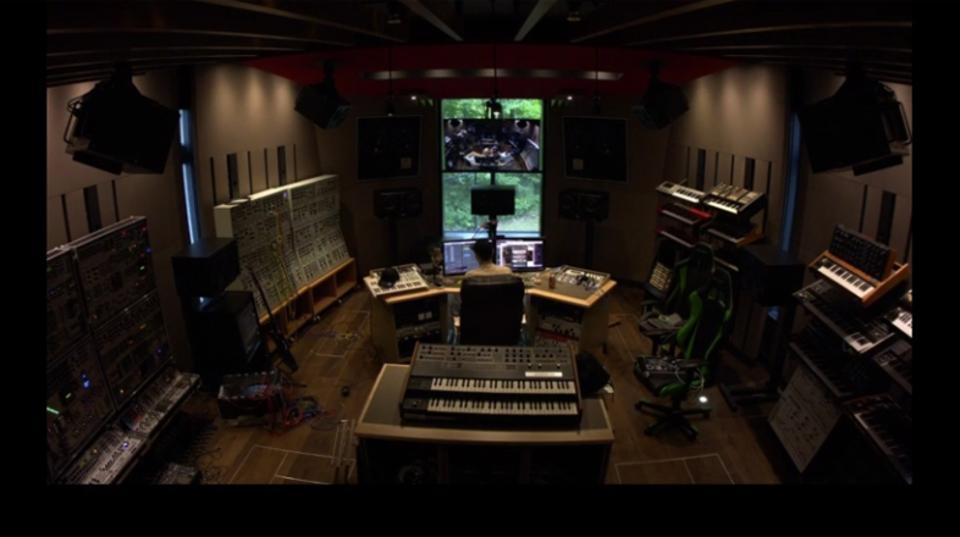 deadmau5がドラマ「ストレンジャー・シングス」のテーマをカバーする様子を公開