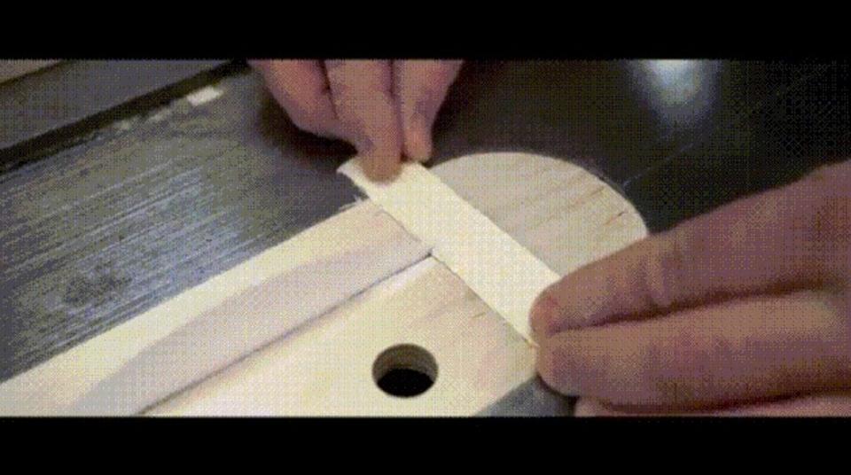 ペラペラの1枚の紙がスッパリと木を切り裂く