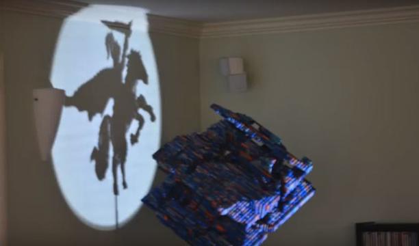 このレゴの塊は何だ? 光をあてて影を見ると…