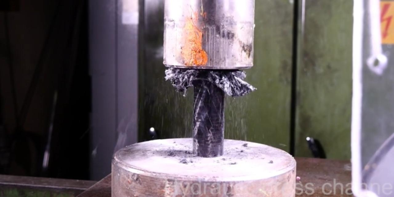 夢の素材、超強固なカーボンファイバーも水圧プレスで粉々に