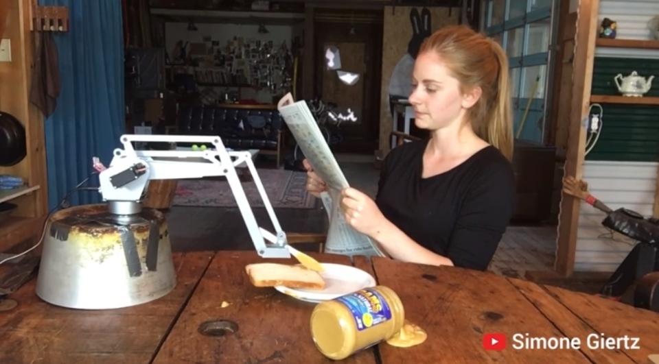 おもしろロボットクイーン新作は「ピーナッツバター塗れないロボ」