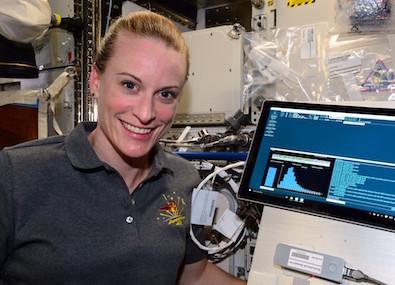 DNAシークエンサーで実験するキャスリーン・ルビンズ宇宙飛行士