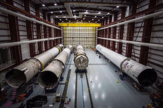 SpaceXの格納庫 Falcon 9だけではなく数台のロケットがある
