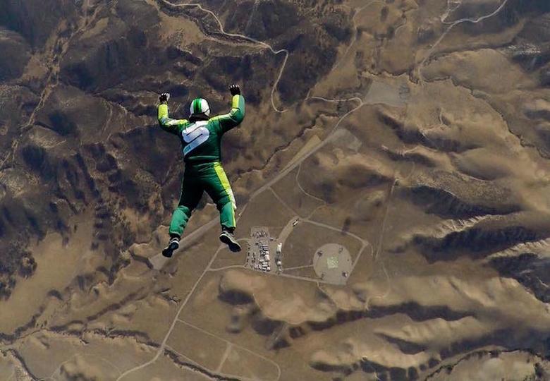高度7600mからパラシュート無しでフリーフォール、でもスカイダイバーが死ななかった理由