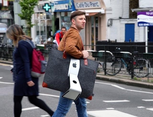 iMac専用バッグを持ち歩く男