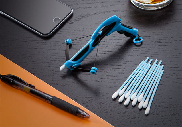 iPhoneやペンと比べるとHog Wild Pocket X-Bowサイズ感がわかる