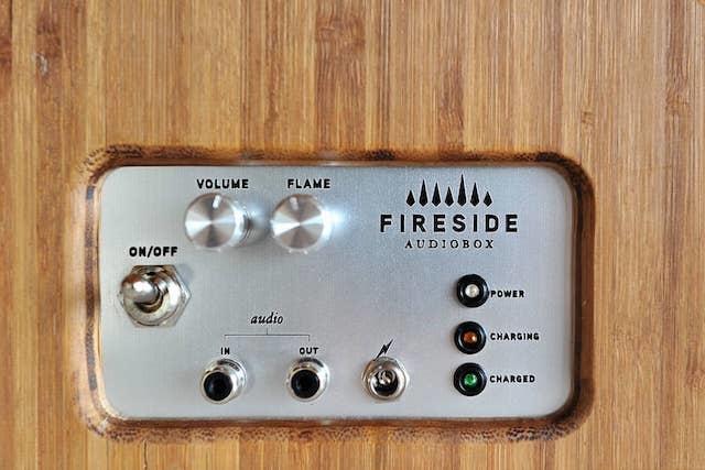 炎が踊り、音楽が鳴る。暖炉みたいなスピーカーに癒される2
