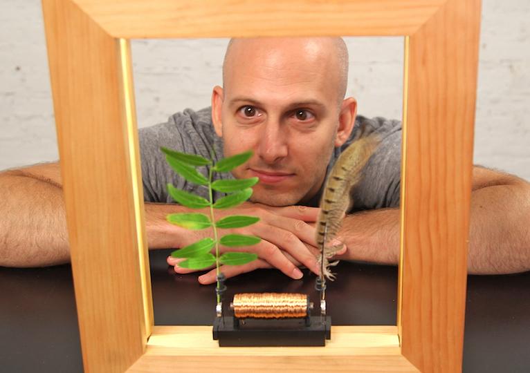 木枠のなかで時間がスローに動きだす。魔法のようなフォトフレーム「Slow Dance Picture Frame」