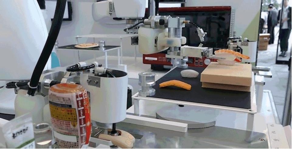 川崎重工のロボット、すいすいと寿司を握る