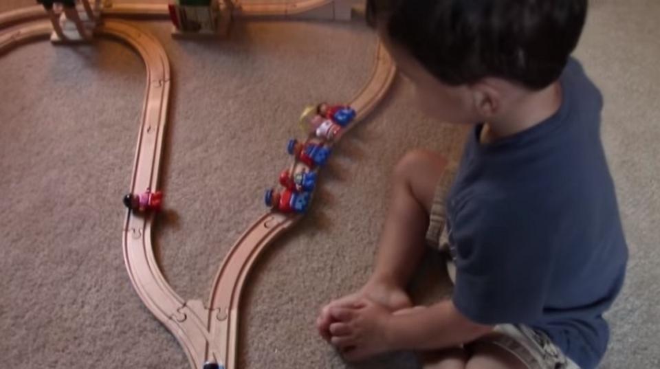 ついに思考実験「トロッコ問題」に決着。2歳児が出した衝撃の答えとは…