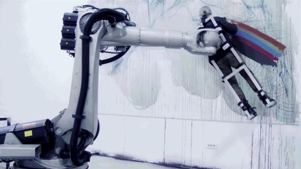 ロボットに絵を描かされる…これはまさしくアートだ