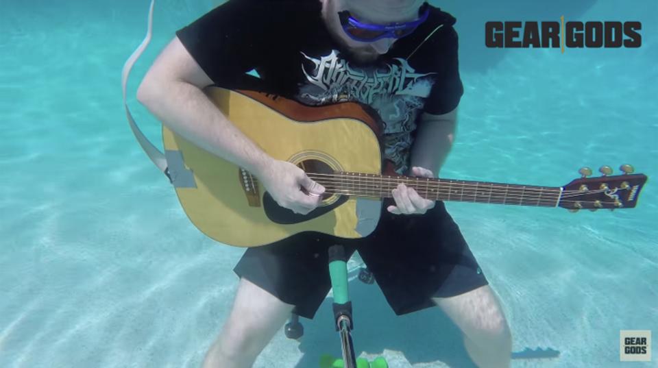 水中でアコースティックギターを弾いたらどう聞こえる?