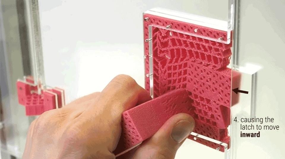 ぐにゃっと開く。3Dプリンターで作る金具のないドアノブ