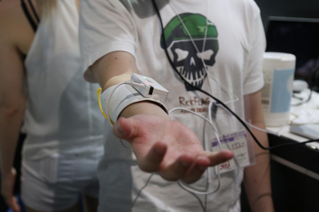 【TGS2016】腕に電流を流し、触感を与えるVRコントローラー「Unlimited Hand」にシビレた