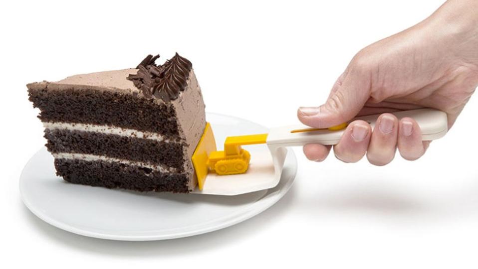 ケーキを倒さずお皿に運んでくれる、ちっちゃなブルドーザー
