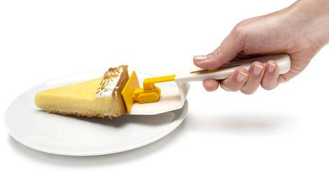ケーキを倒さずお皿に運んでくれる、ちっちゃなブルドーザー2