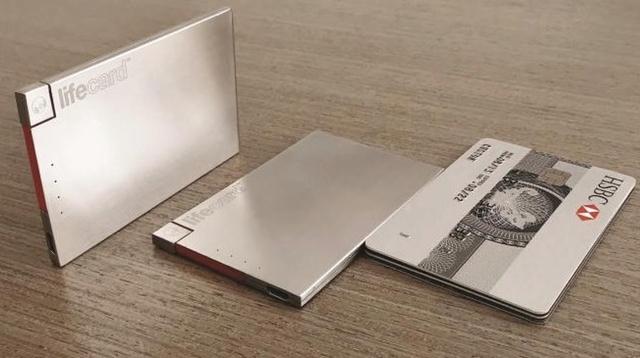 薄さ3.95mmでカード3枚分のモバイルバッテリー「LIFE CARD Lightning」