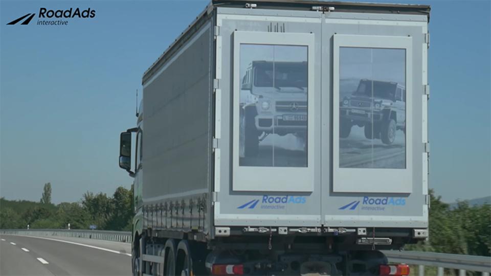 大型トラックの後方扉に広告!? 電子ペーパーを取りつけたら移動する広告塔になっちゃった