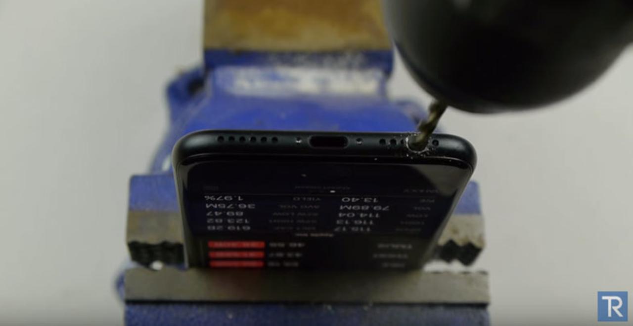 「iPhone 7にドリルで穴開けたらイヤホンジャックを作れるよ」というネタ動画を真に受けた人たち