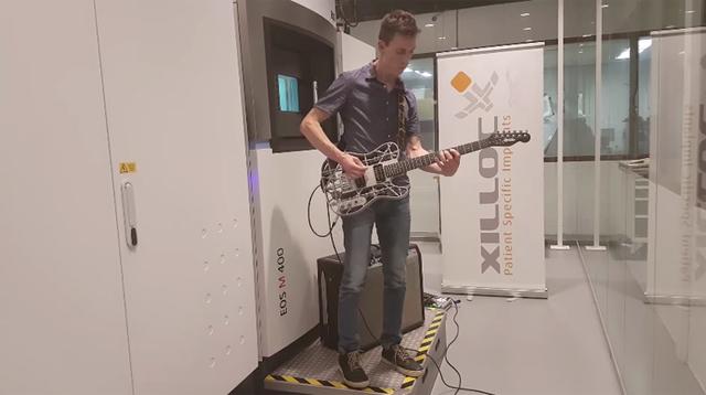 3Dプリンターで作られた世界初のアルミニウム・ギター、その弾き心地は?