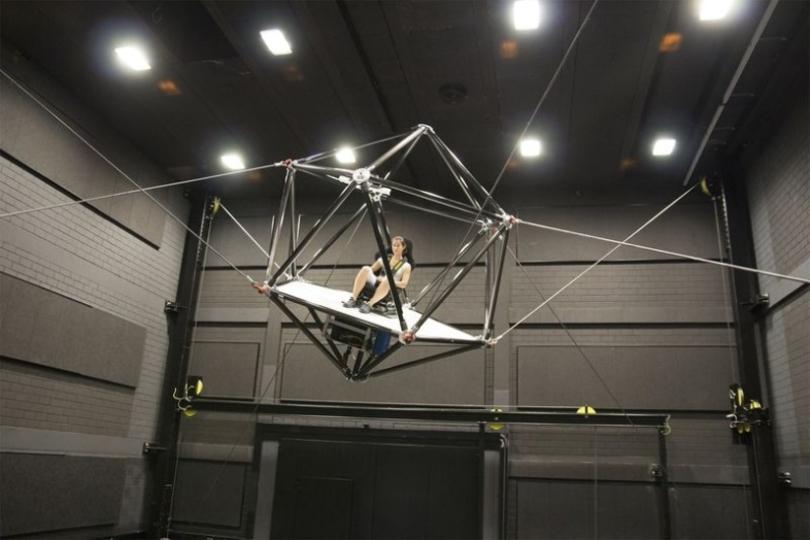 縦横無尽な動きが体感できる巨大シミュレーターマシン