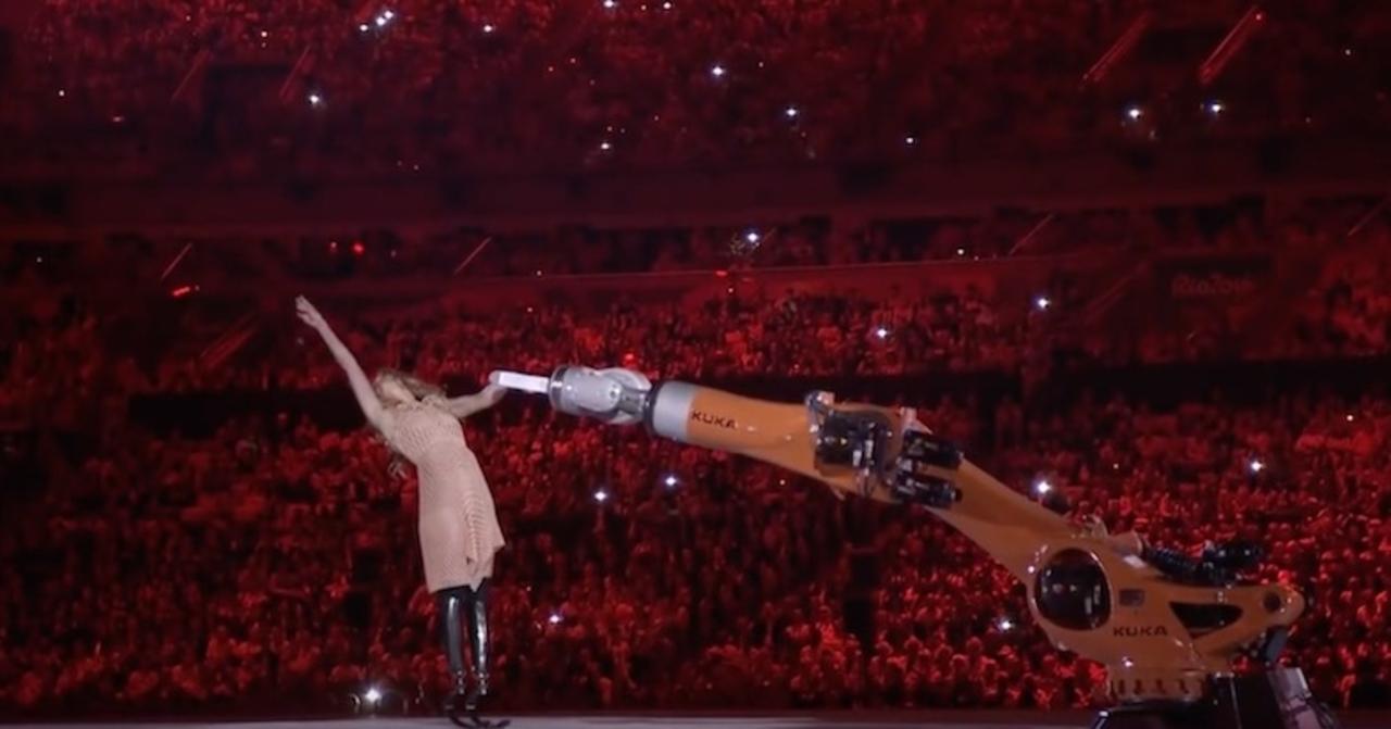 これが21世紀。パラリンピック選手が産業用ロボットとダンスを披露