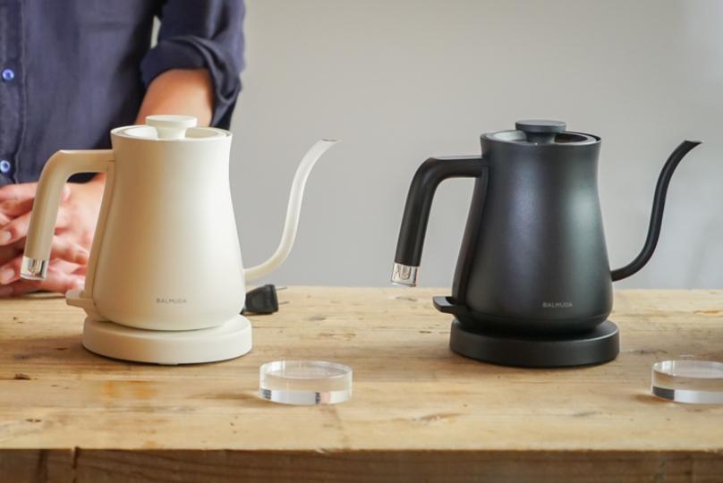 シンプルな形に秘めた、デザインと機能の調和。バルミューダから、美味しいコーヒーを淹れるための電気ケトルが登場