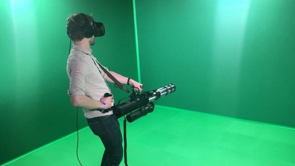 HTC Viveの仮想世界で実際にトリガーをひき、ガトリングを撃ちまくる爽快感。すべての目標を破壊せよ